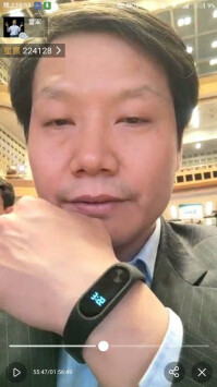 Xiaomi-CEO-Lei-Jun-displkays-the-Mi-Note-2-complete-with-a-screen