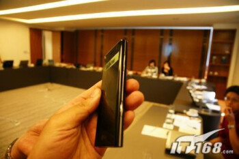 LG BL40 shows off super sleek body to the camera