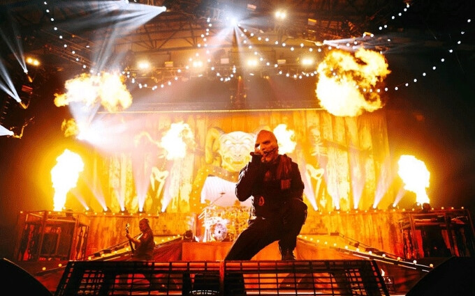 It's not right to be texting your mom during Slipknot's fiery live show... - Watch what happens when you dare text from the front row at Slipknot's metal show
