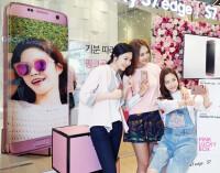 Samsung-Galaxy-S7-edge-pink-US-011