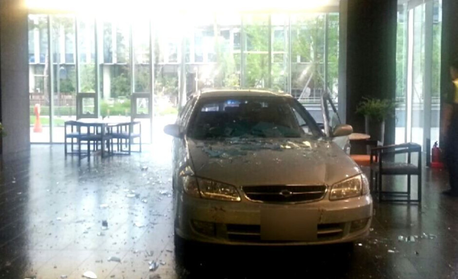 The scene at Nexon's office - Man addicted to mobile games crashes car into game developer's office building