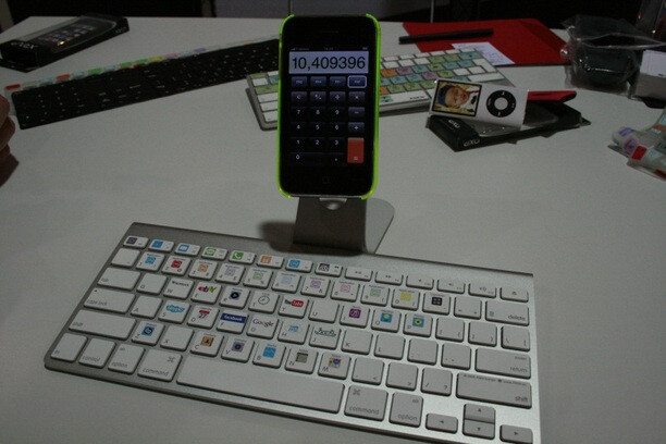 XSKN prototype Bluetooth keyboard for the iPhone may make typing easier