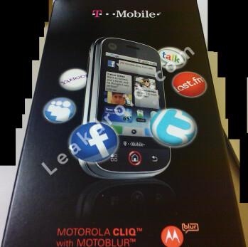 Box for Motorola CLIQ shows focus on social networking