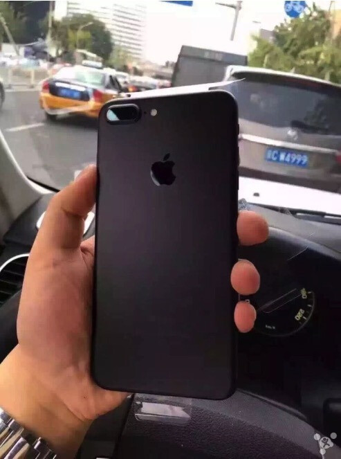 apple iphone 7 7 plus unboxing pits the jet black vs matte. Black Bedroom Furniture Sets. Home Design Ideas