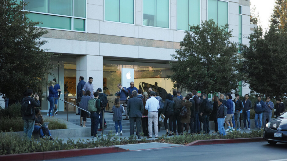 """A small line forms outside Apple's store on its Cupertino campus - Munster: Ignore the shorter lines, Apple is experiencing """"slight growth"""" in iPhone 7 demand"""