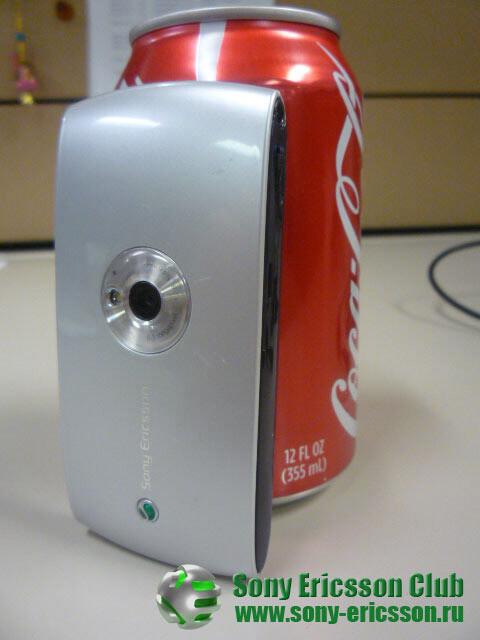 Sony Ericsson Kurara in the company of a Coca-Cola can - Pictures of the Sony Ericsson Kurara and a Coca-Cola can