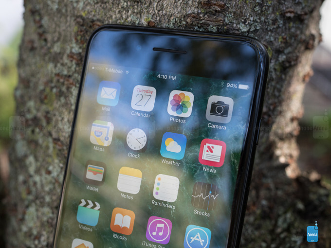 Bloomberg: only one iPhone 8 model with OLED display planned, as Samsung can't make enough flexible screens