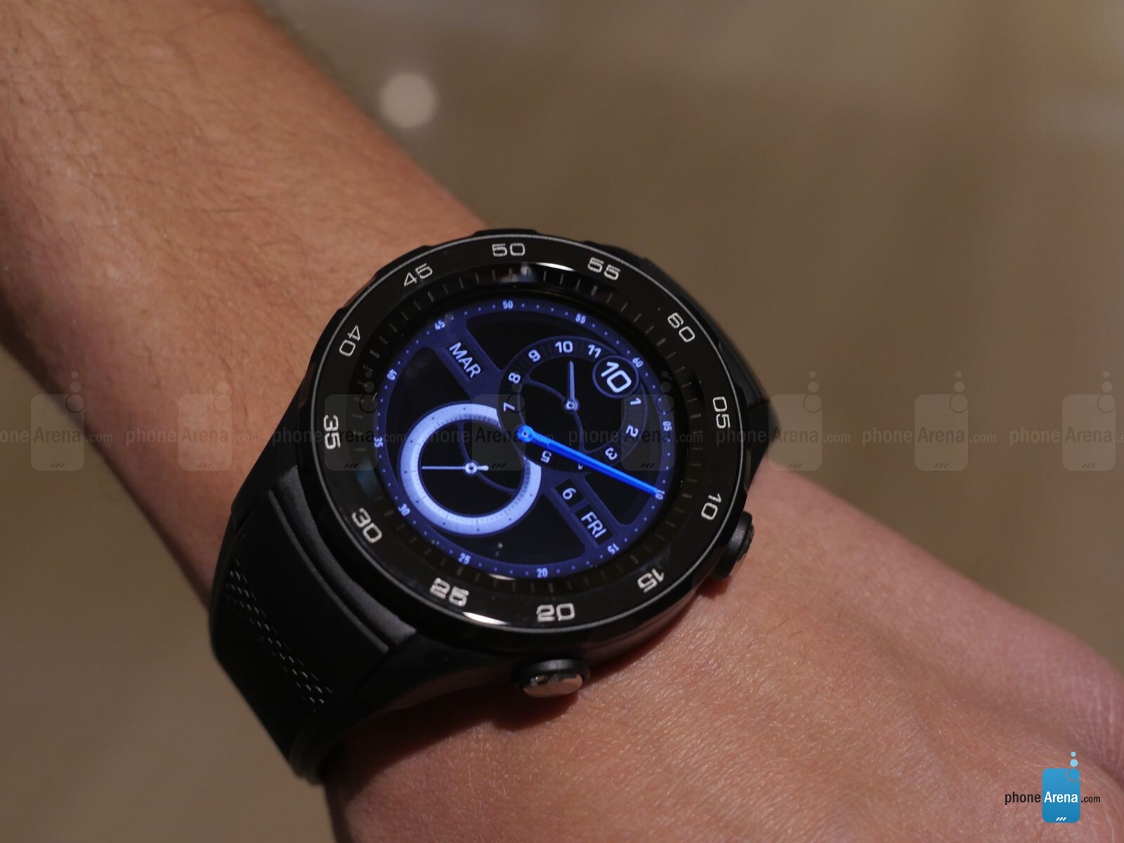 Huawei Watch 2 hands-on: My wrists are way too small for that | PhoneArena reviews