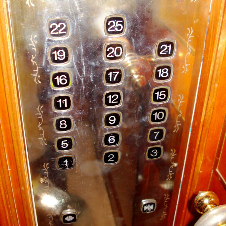 """""""I'd like to get to Floor 4, please!"""" Chinese elevator - """"Nope."""" - There will never, ever be a OnePlus 4 - because releasing it literally means death!"""