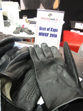 iTouch Gloves keeps your fingers warm for your iPhone usage