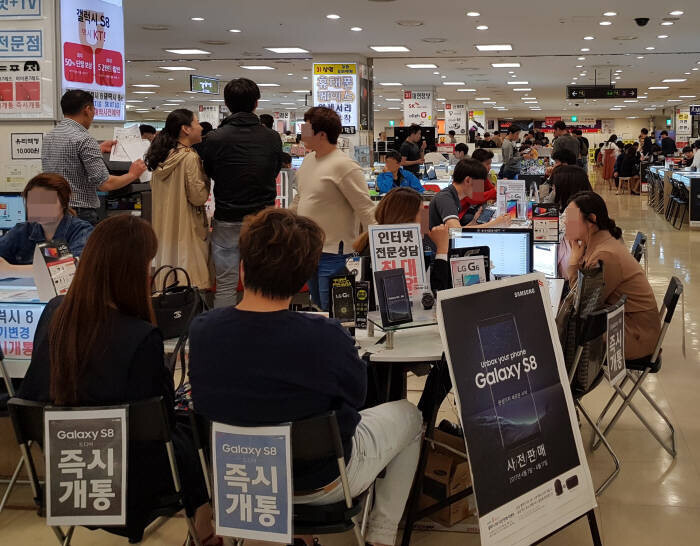 A large number of consumers are getting consulted on mobile phones at the 9th floor of Shindorim Techno Mart in the first days after the launch of the Galaxy S8. – Image courtesy of ET News - Samsung Galaxy S8 price drops to $177 in South Korea because of illegal discounts