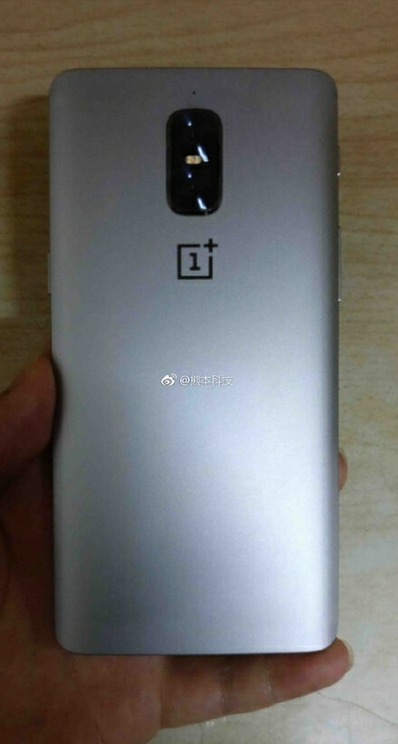 Is this the OnePlus 5? - New OnePlus 5 image shows vertical dual-camera setup with no antenna lines