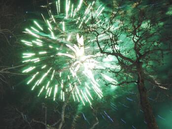 Wie man Fotos von Feuerwerkskörpern mit einer Smartphone-Kamera macht (iPhone und Android Tutorial)
