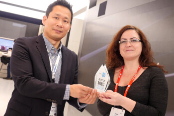 Samsung's Namhoi Kim, Product Strategy, with the Best of MWC 2018 PhoneArena award for the Galaxy S9 and S9+