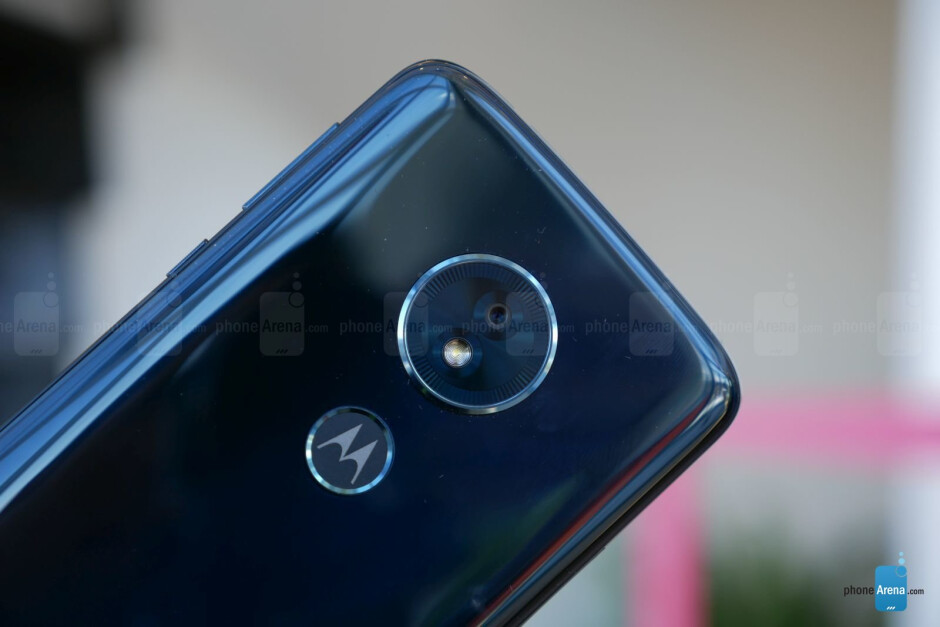 Moto G6 (L) and Moto G6 Play (R) - Motorola Moto G6 & G6 Play hands-on