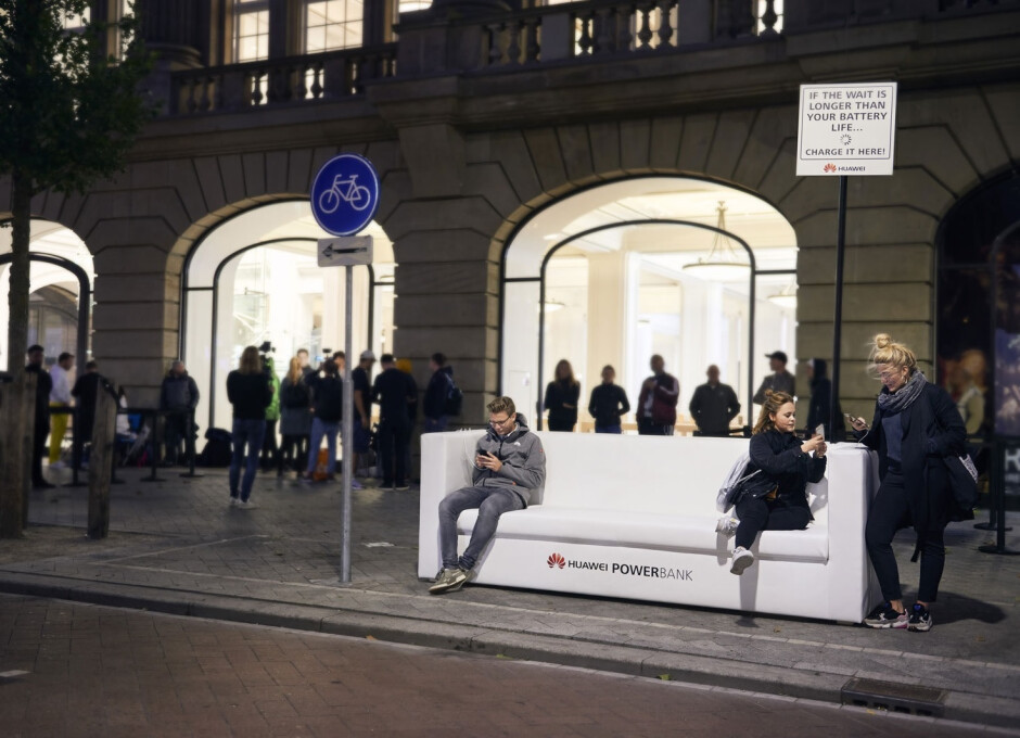 Update - Amsterdam as well, with an elegant couch in front of the Apple Store - Huawei trolls Apple Store queues for the iPhone XS with free power banks