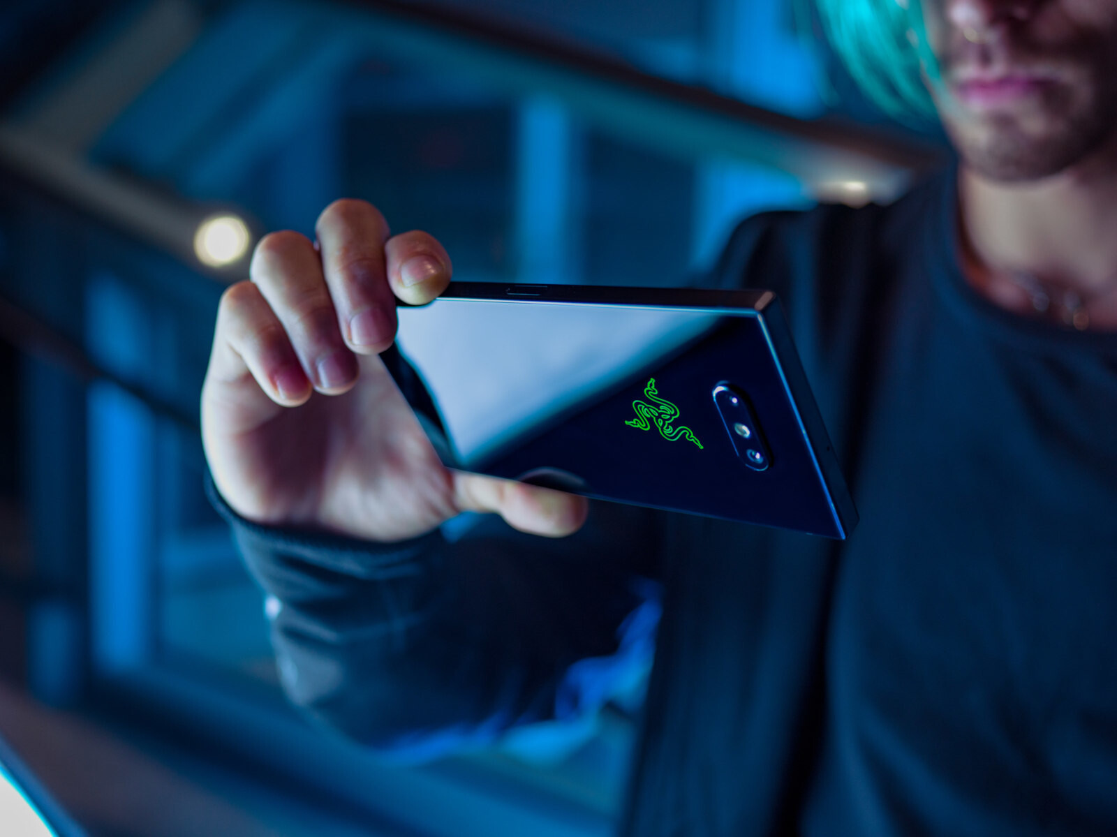 http://i-cdn.phonearena.com//images/articles/333289-image/razer-phone-2-lifestyle-7.jpg