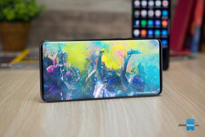 This would have been so much better, but alas, it's not possible yet. - Don't worry, you will be able to hide the Galaxy S10 camera hole during video playback... somehow