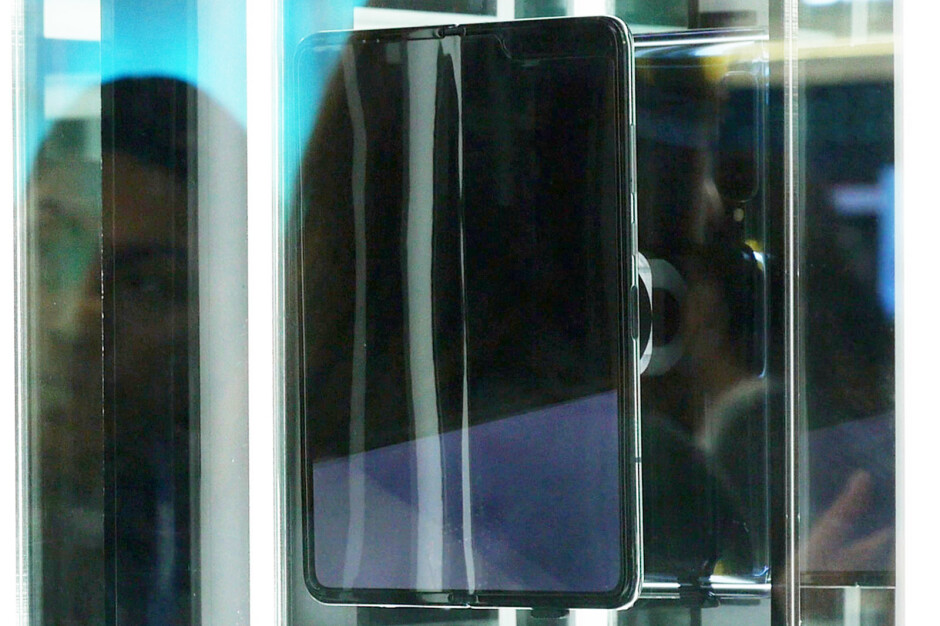 Huawei Mate X - Samsung's Galaxy Fold display has a crease right in the middle
