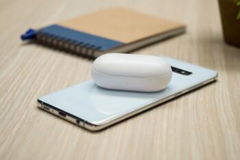 Samsung Galaxy S10+ charging Galaxy Buds