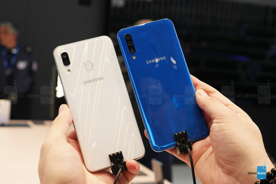 Samsung Galaxy A30 (left) and A50 (right) - Not pricey, yet elegant: Samsung Galaxy A30 is now (unofficially) sold in the US, 1-year warranty included