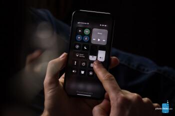 iPhone XI menjalankan iOS 13 dengan Mode Gelap mengaktifkan render konsep