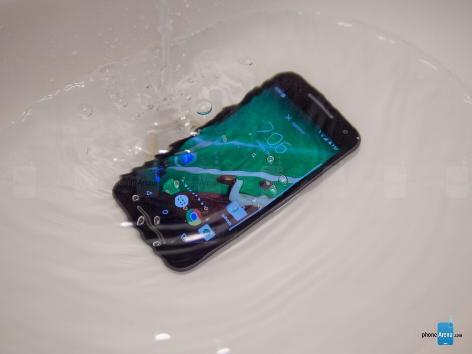 Moto G 2015 safely taking a bath - Moto G evolution: excellent averageness through the years