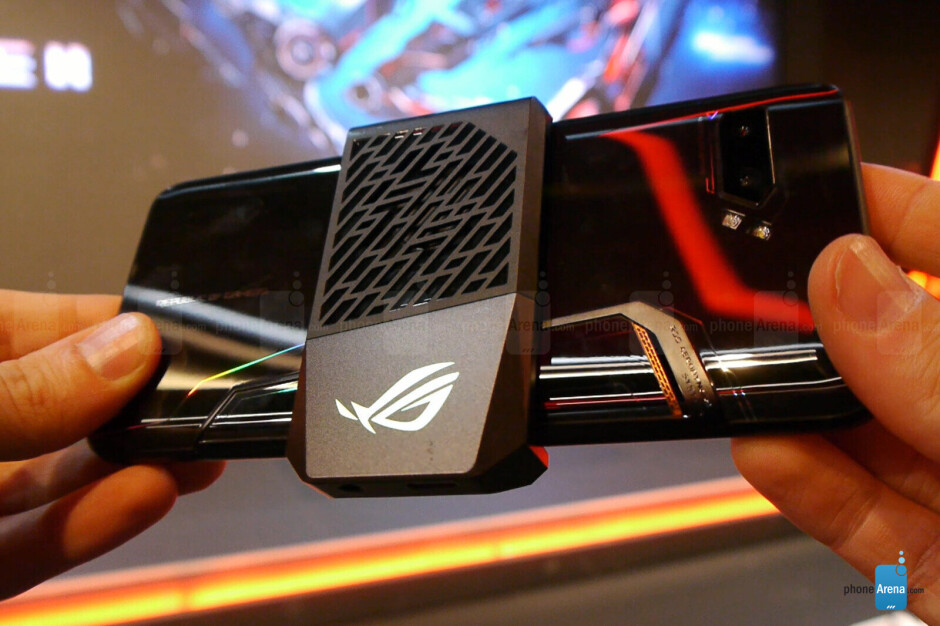 The AeroActive Cooler 2 is an optional air cooler. - Asus ROG Phone 2 is a ridiculously powerful Android phone with Snapdragon 855 Plus and air cooling [hands-on]