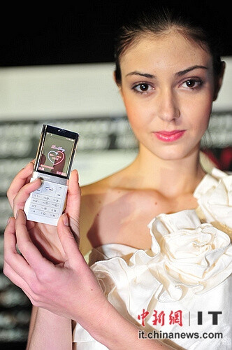 Lenovo S800 phone with a color translucent display debuts at a fashion show