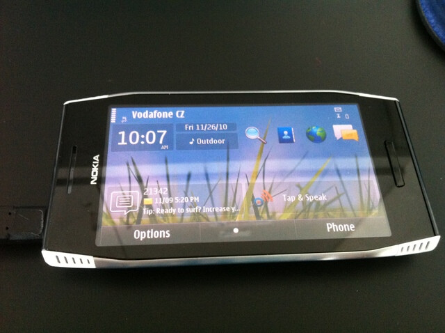The Nokia X7 compared to the Nokia E7 - Nokia X7 targets gamers with a 4-inch screen, 8 MP camera on board