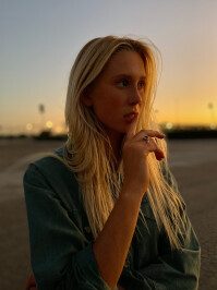 AppleiPhone-11-ProPortrait-Woman-Sunset091019