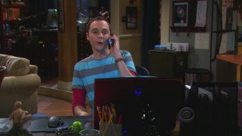 "Android robot appears on Sheldon's desk in ""The Big Bang Theory"""