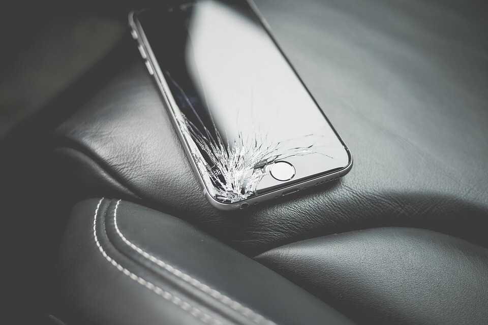 الهواتف أكثر هشاشة من أي وقت مضى ، وكل هذا خطأنا