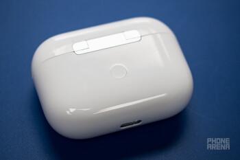 Το πλαστικό χαμηλής ποιότητας έχει χτυπήματα γύρω από τις περικοπές - Real AirPods Pro έναντι ψεύτικου AirPods Pro: διαφορές, πώς να τα εντοπίσετε, σύγκριση ποιότητας