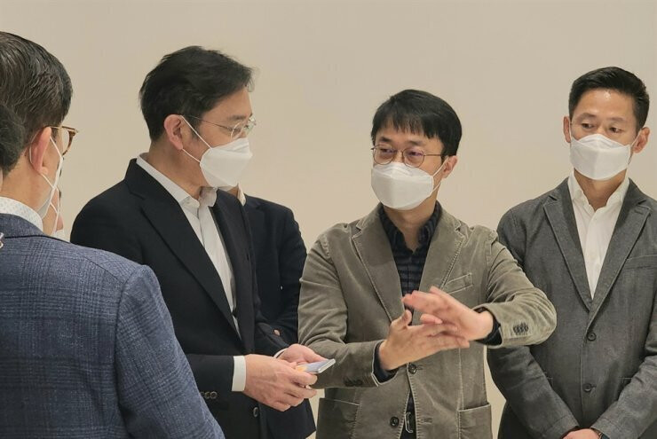 Vice Chairman Lee Jae-yong with the alleged rollable phone prototype talking to Samsung researchers - Could we see а Galaxy Roll or Slide line this year? Samsung Display tips so...