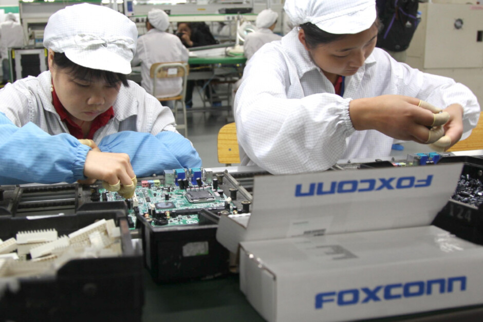 Foxconn is giving out bonuses to workers on the iPhone assembly line - Foxconn gives away bonuses as it tries to hike supplies of 5G iPhone 12 series phones