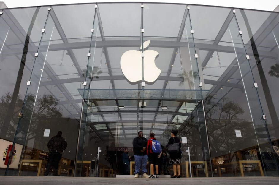 Apple is still requiring masks for employees and consumers in U.S. Apple Stores - U.S. Apple Stores keep mask mandate despite CDC's new ruling