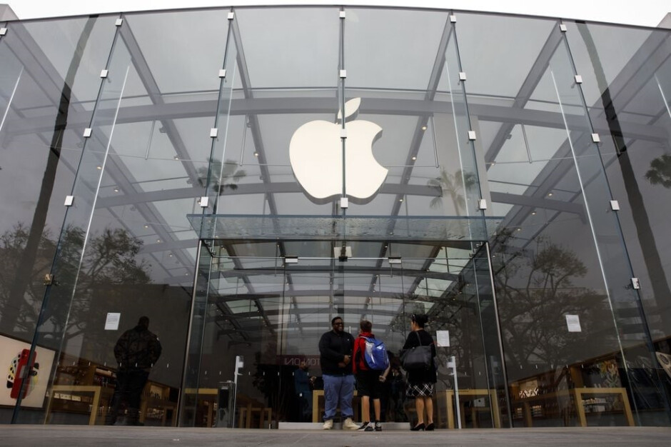 Apple Store customers who have been vaccinated no longer need to wear a mask inside the store - Vaccinated customers no longer required to wear face masks at U.S. Apple Stores