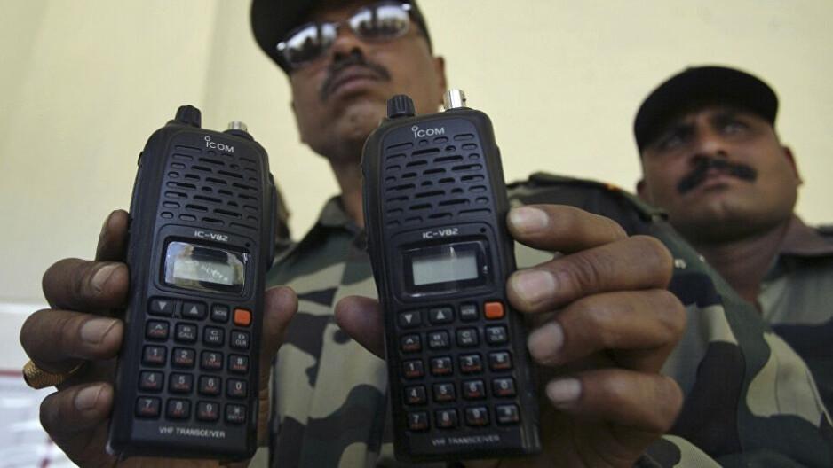 En 2018, la police aéroportuaire indienne a saisi quatre téléphones satellites de hauts fonctionnaires allemands, qui étaient en voyage. L'utilisation de téléphones satellites par des étrangers est interdite en Inde, notamment après les attentats terroristes de Bombay en 2008. - Attendez ! L'iPhone 13 d'Apple - illégal pour 40 % de la population mondiale en raison de la connectivité satellitaire ? !