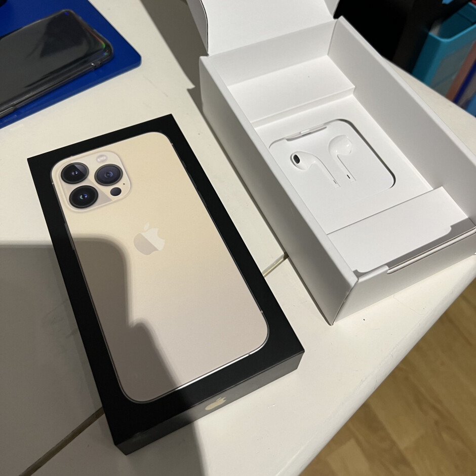 In France, iPhone must legally ship with headphones inside the box - Once again, Apple must include headphones inside the iPhone box in France