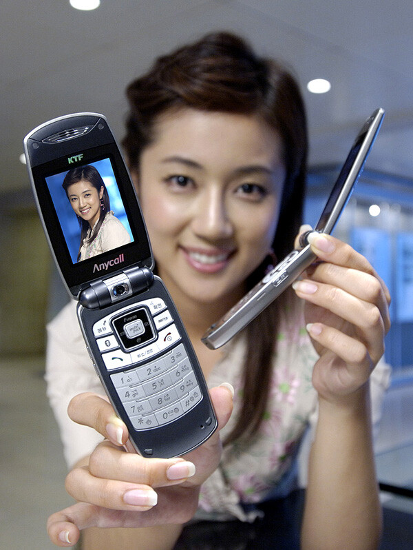 Samsung unveils an ultra-slim clamshell cellphone - SPH-V7400