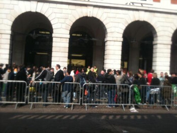 Apple iPad 2 reaches the rest of the world, lines start forming now