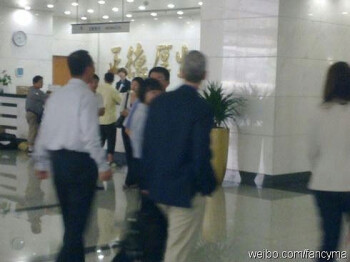 This picture claims to show Apple's Tim Cook at China Mobile's HQ