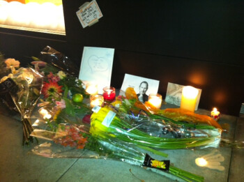 """Stay hungry, stay foolish"": an improvised memorial builds in front of Steve Jobs house to mark his legacy"