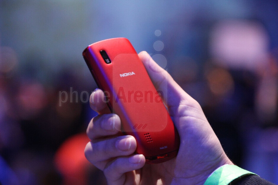 Nokia Asha 300 is equipped with a 5MP camera - Nokia Asha 200, 300 and 303 Hands-on
