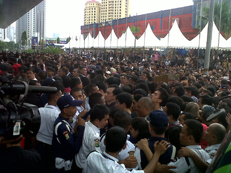 BlackBerry Bold 9790 launch event in Jakarta turns ugly, tens of attendees injured
