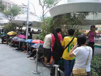 People line up for 8 hours to get Nokia Lumia 800 in Singapore, lured by a free Xbox 360 offer