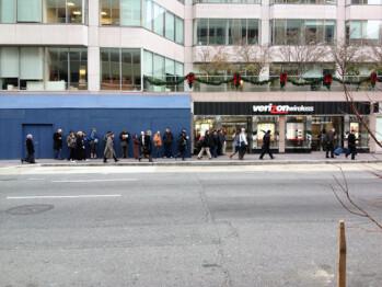 Long lines greet Samsung GALAXY Nexus buyers at a Verizon location