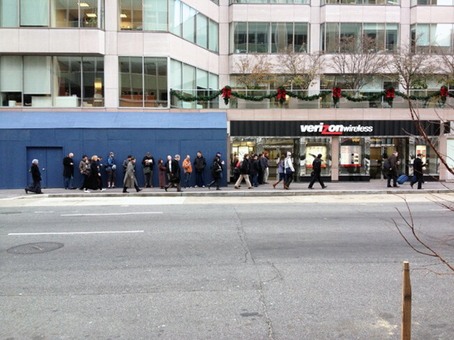 Long lines greet Samsung GALAXY Nexus buyers at a Verizon location - Verizon stores selling out of the Samsung GALAXY Nexus, inventory shifted to meet demand