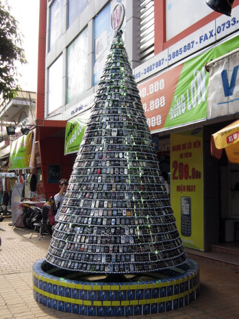 The Xmas Tree made up of used handsets